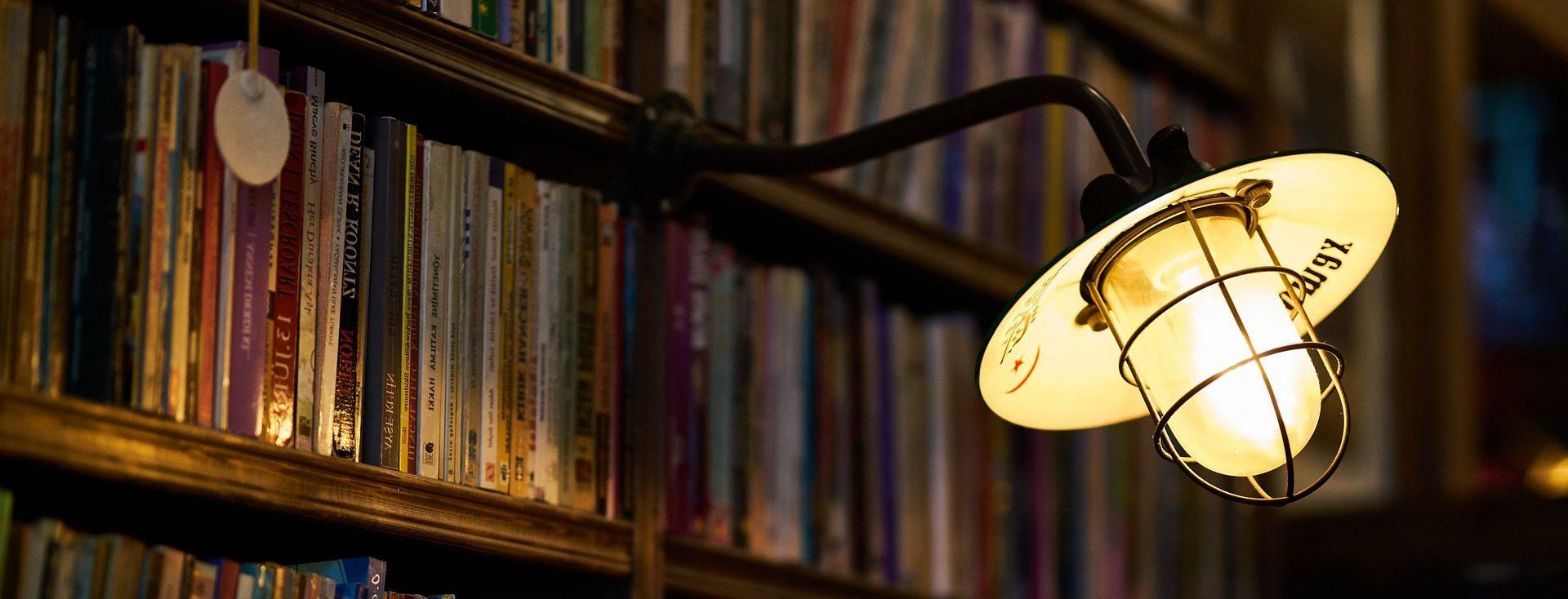 Raamaturiiul ja lamp