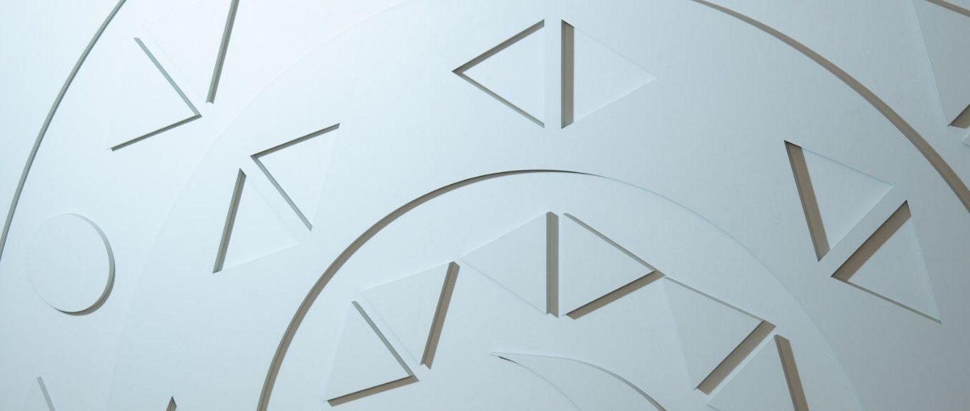 Aalto ülikooli tudengite ehitatud bareljeefne logosein instituudi Tallinna kontoris.
