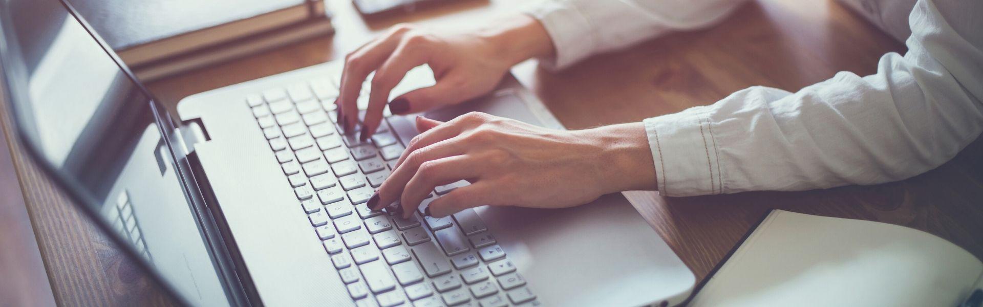 naise käed arvuti klahvidel