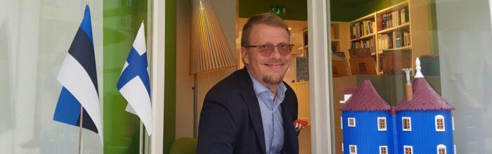 Mika Keränen instituudi raamatukogu aknal.