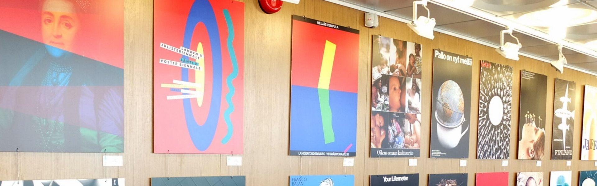 """Haapsalu Kultuurikeskuses näitus """"Tänapäeva Soome plakat"""". Näituse kuraator on Marko Kekišev. Foto: Ivari Lipp / Soome Instituut"""