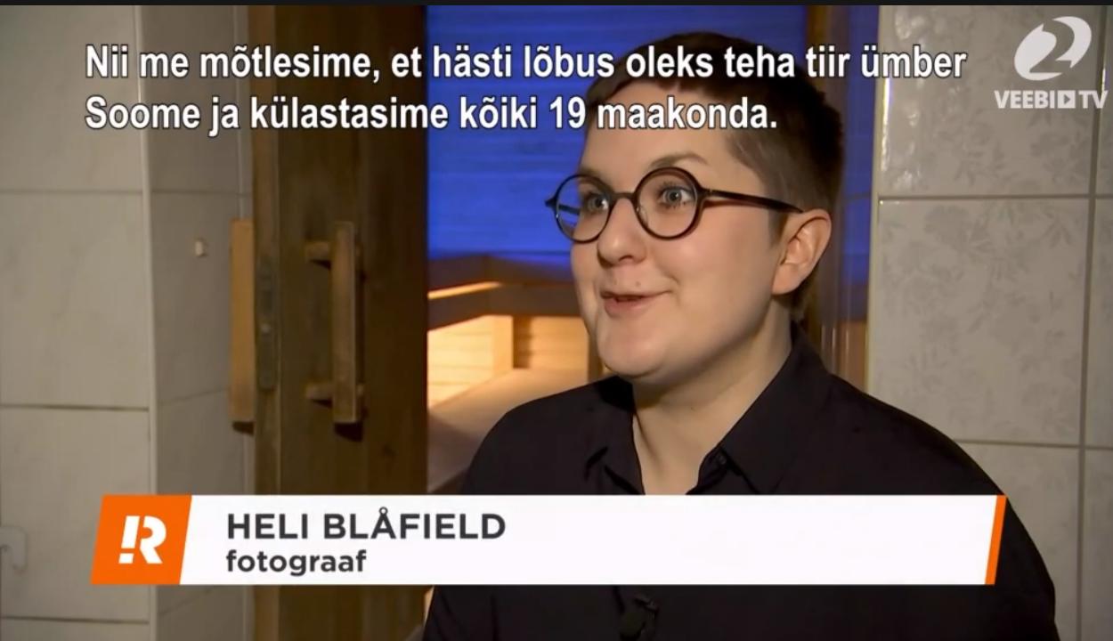 Reporter uudistas näitusesaalis