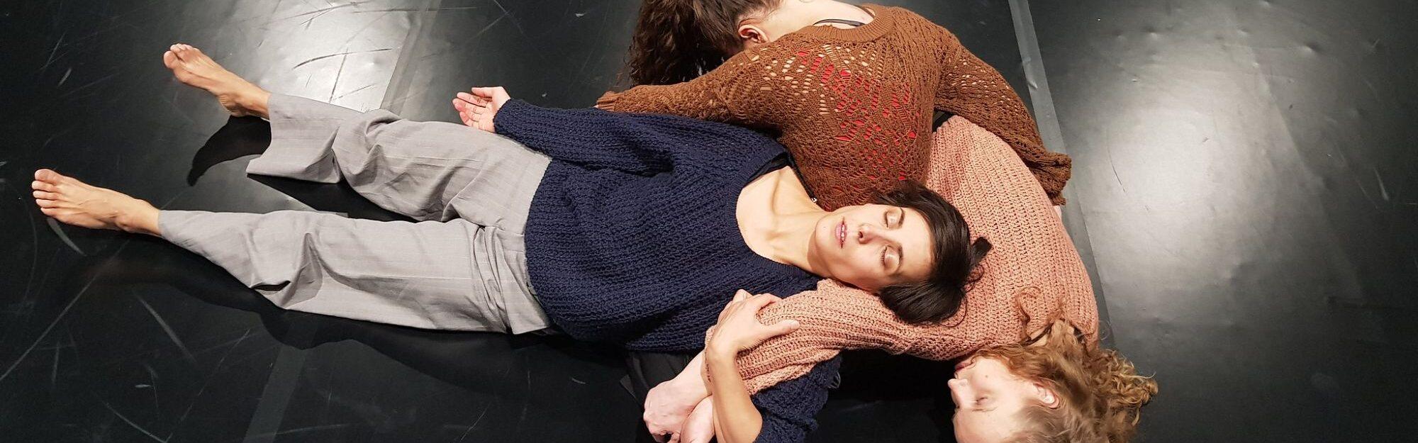 kolm naist tantsulavastuses