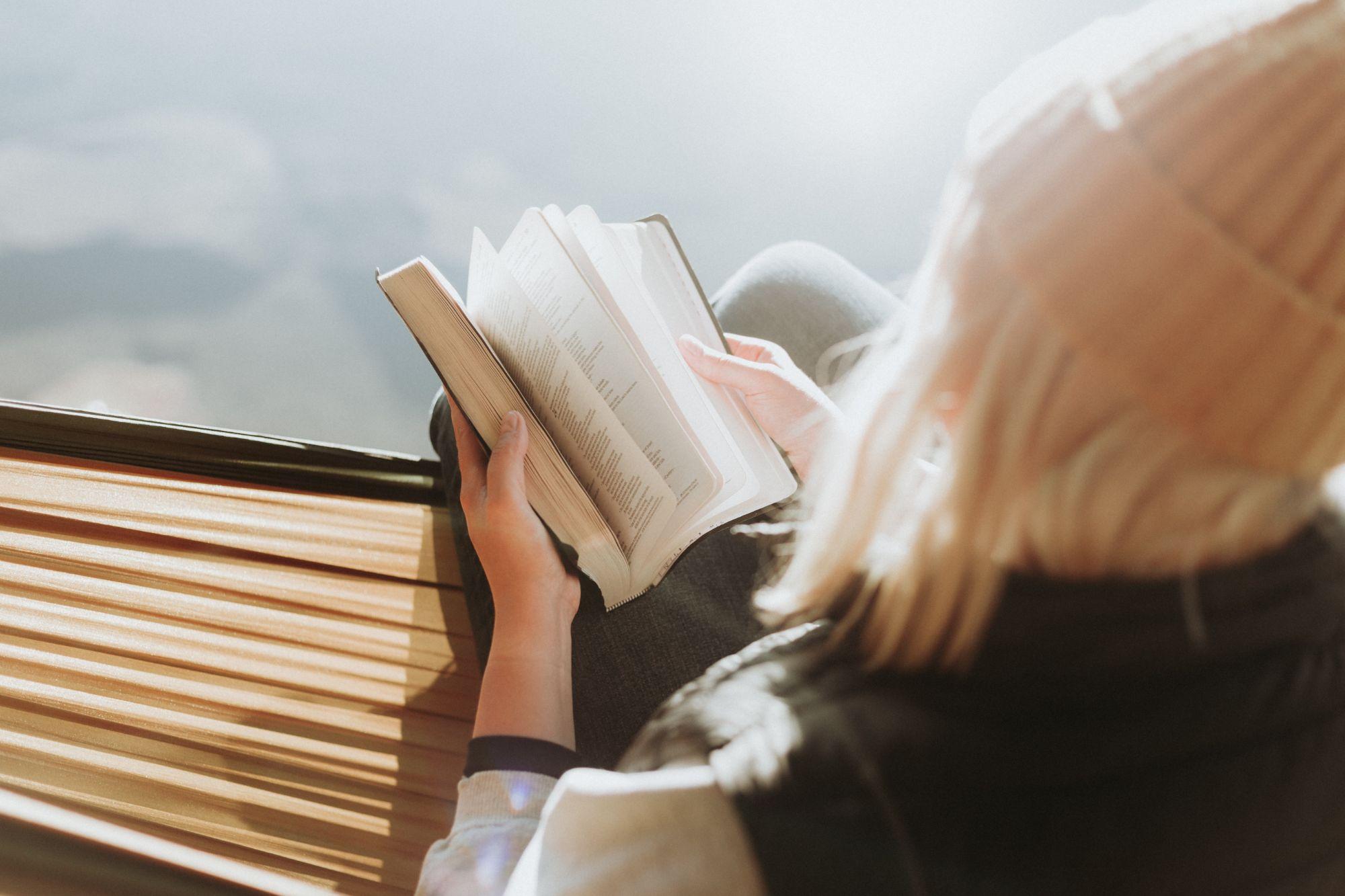 inimene loeb raamatut