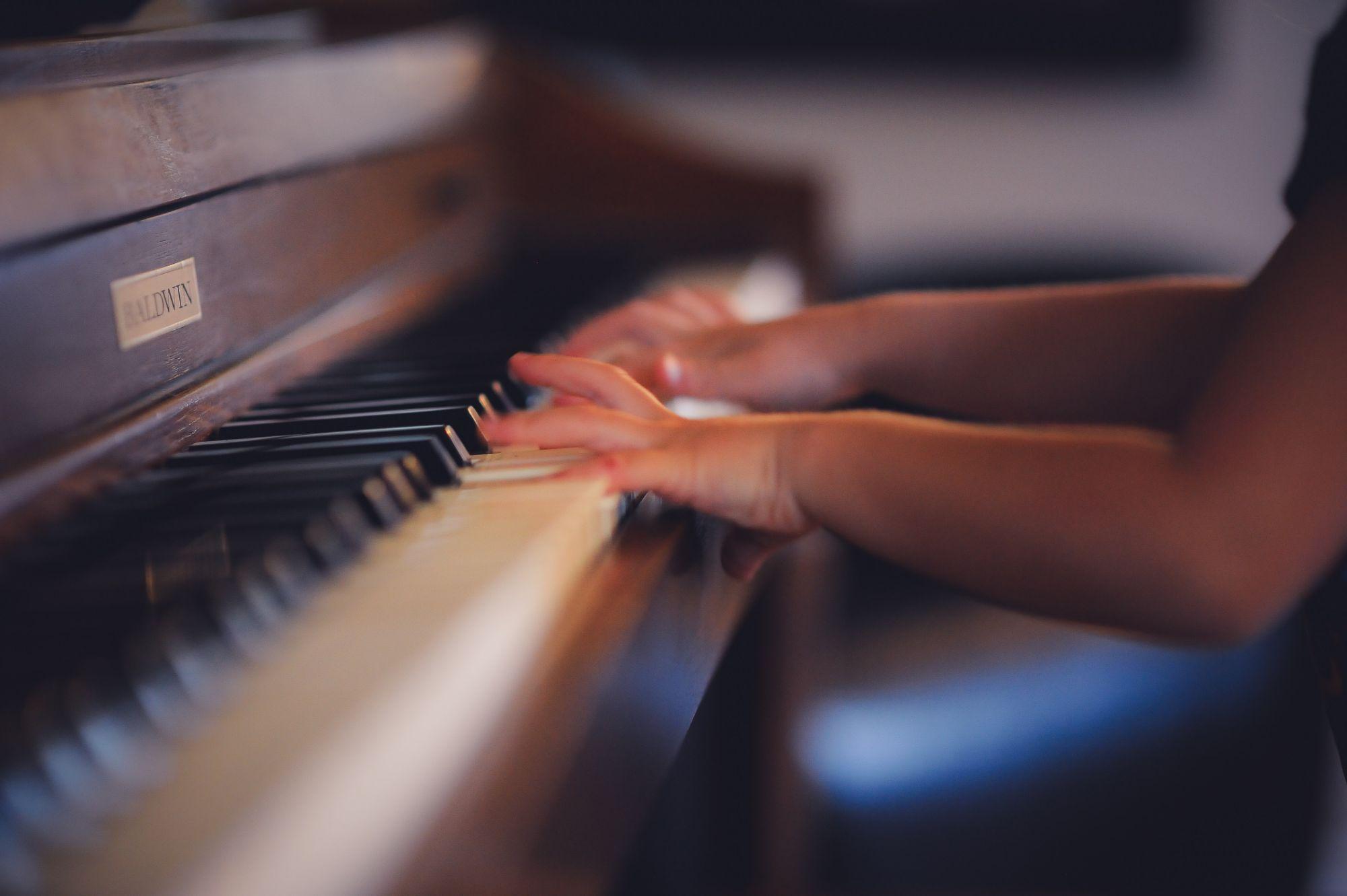 käed klaveriklahvidel