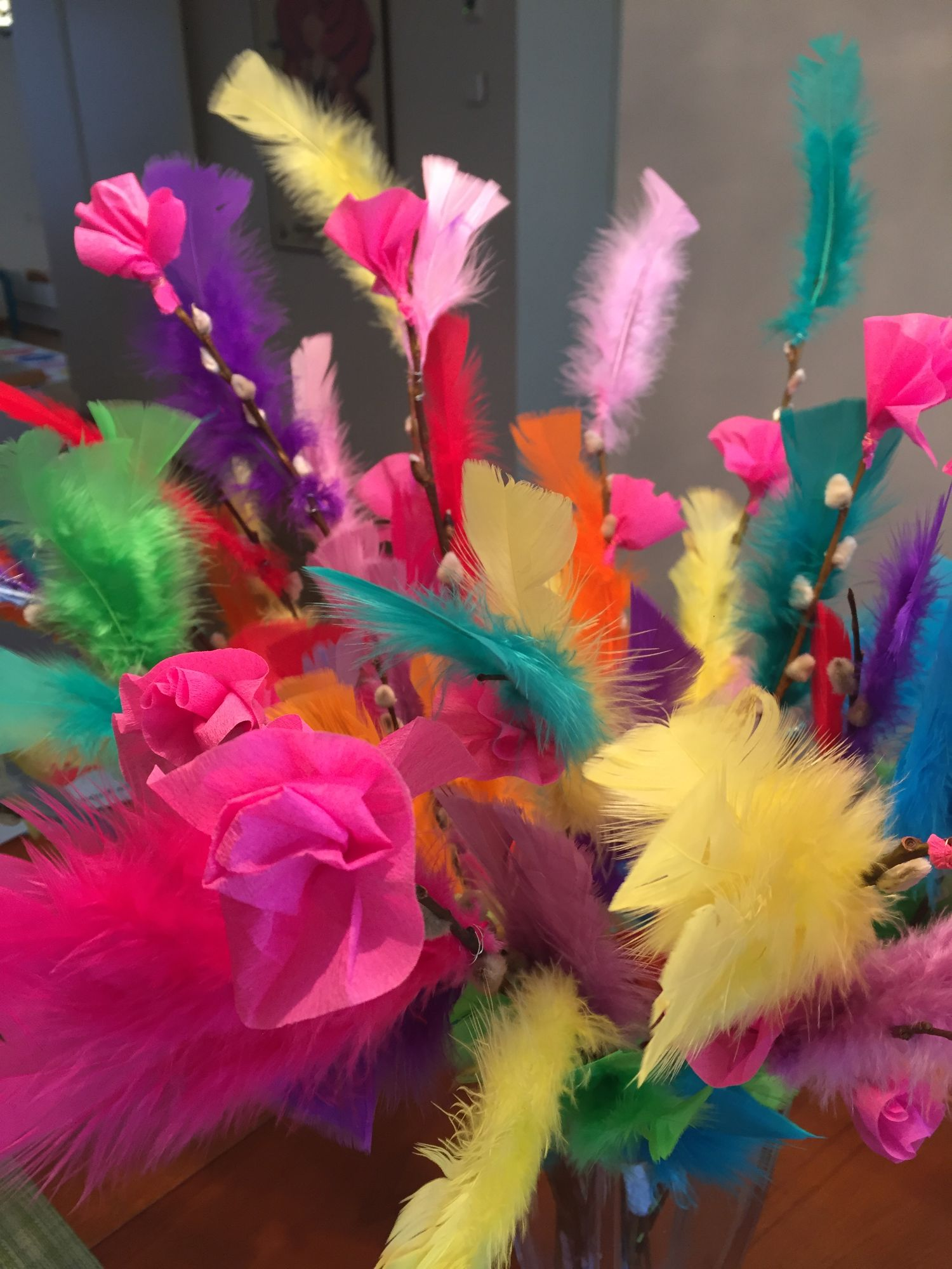 värviliste sulgedega kaunistatud pajuoksad
