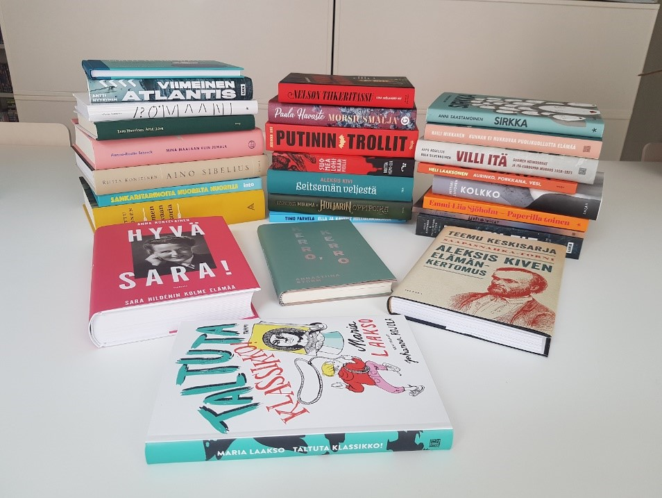 uued raamatud valgel laual virnas