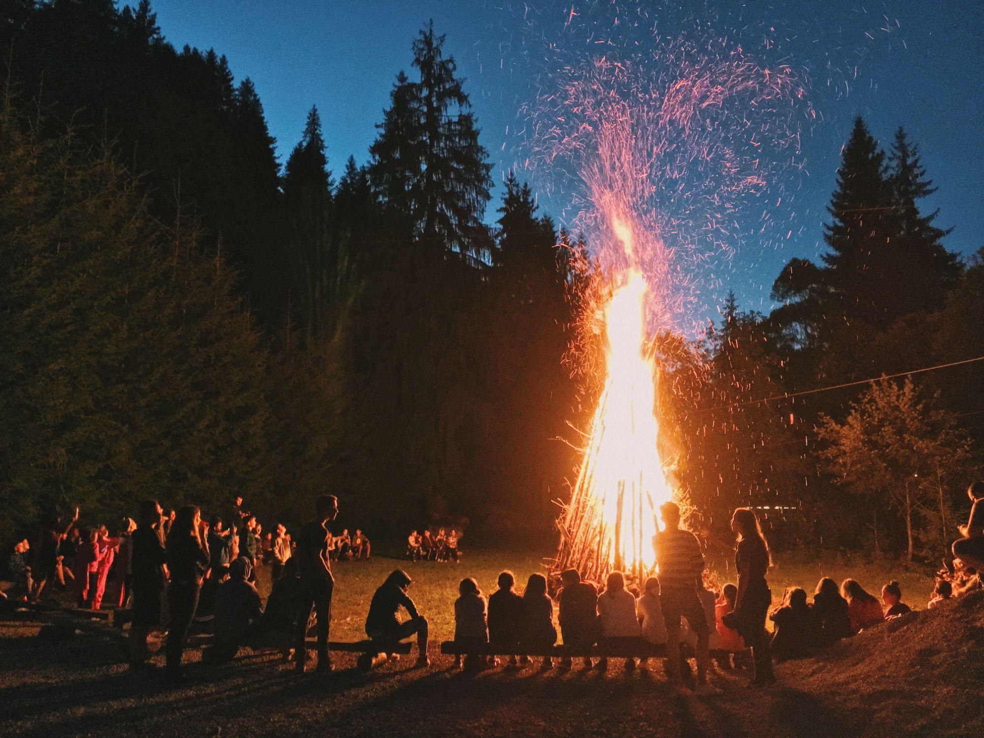 Lõke, õhtu, lõkke ümber inimesed