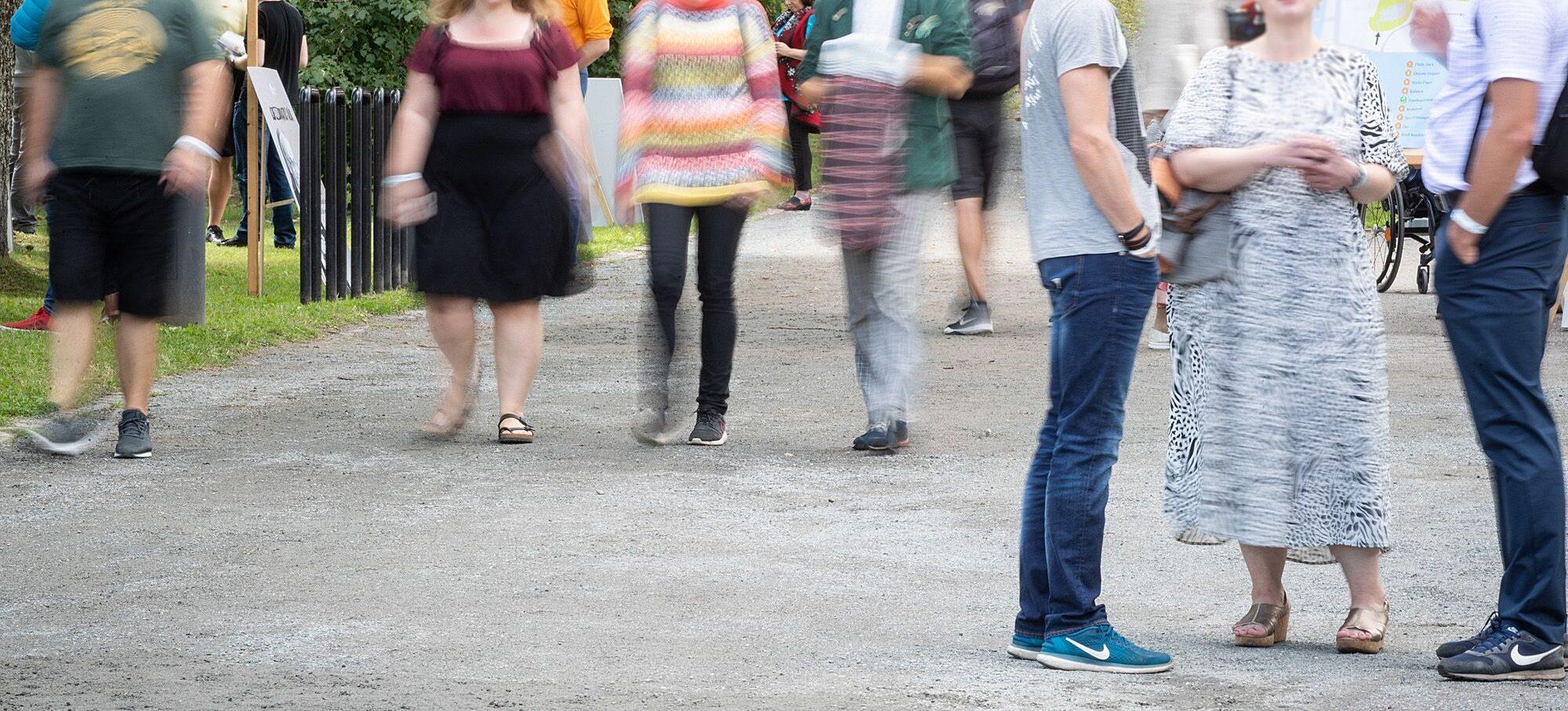 Inimesed suvises riietuses
