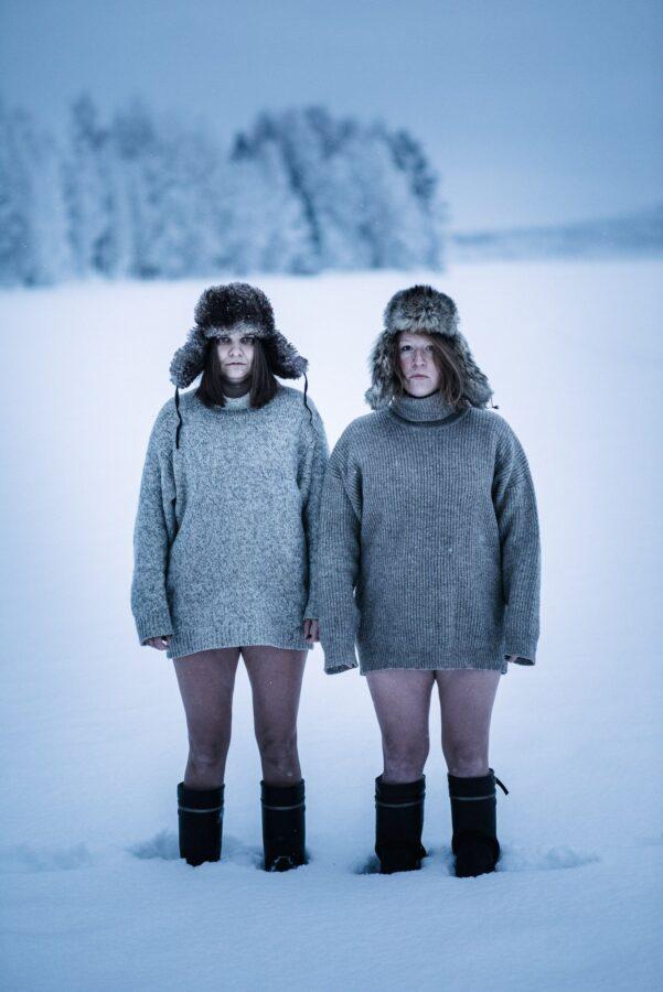 kaks naist talvekampsunites