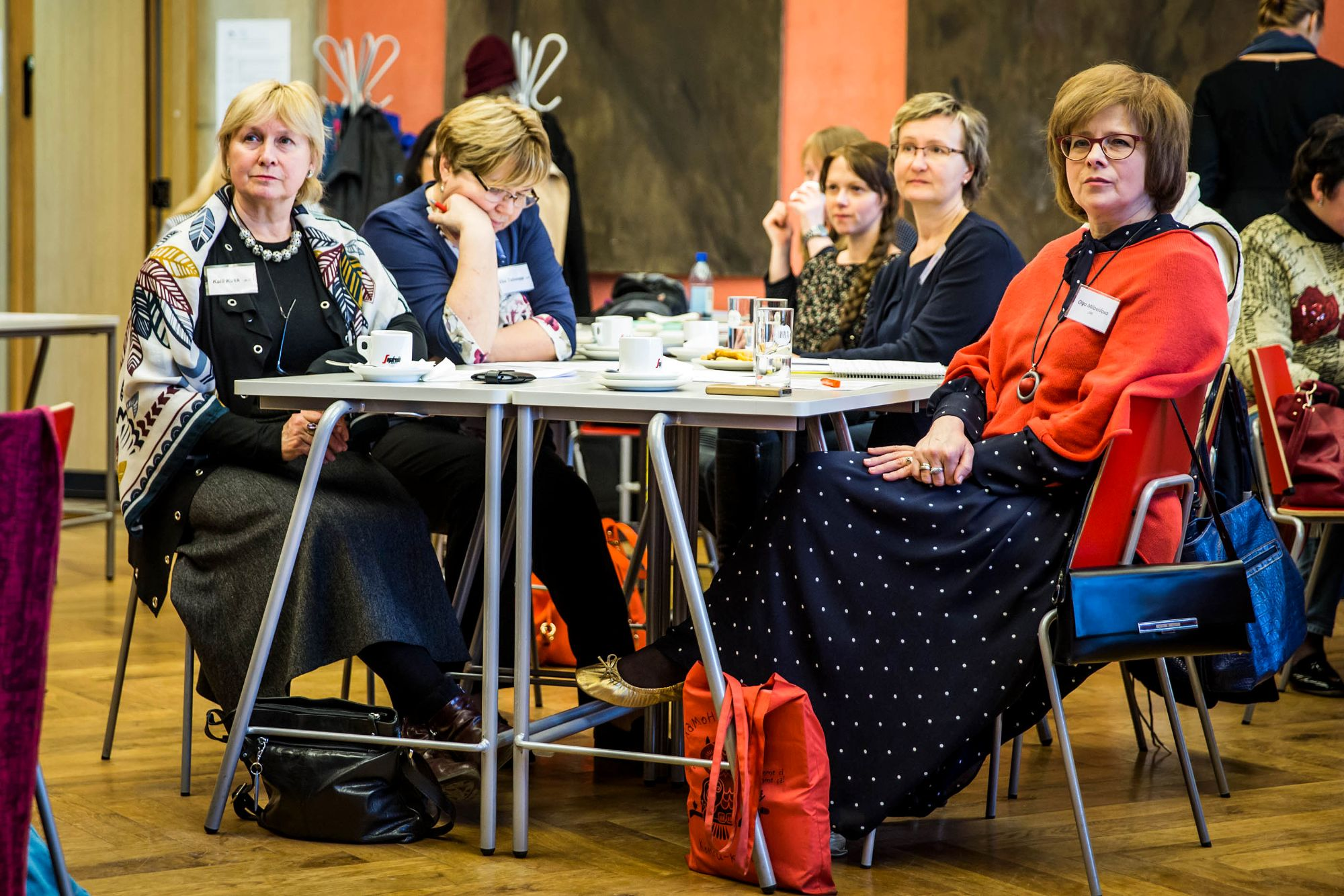 naised istuvad ümber laua