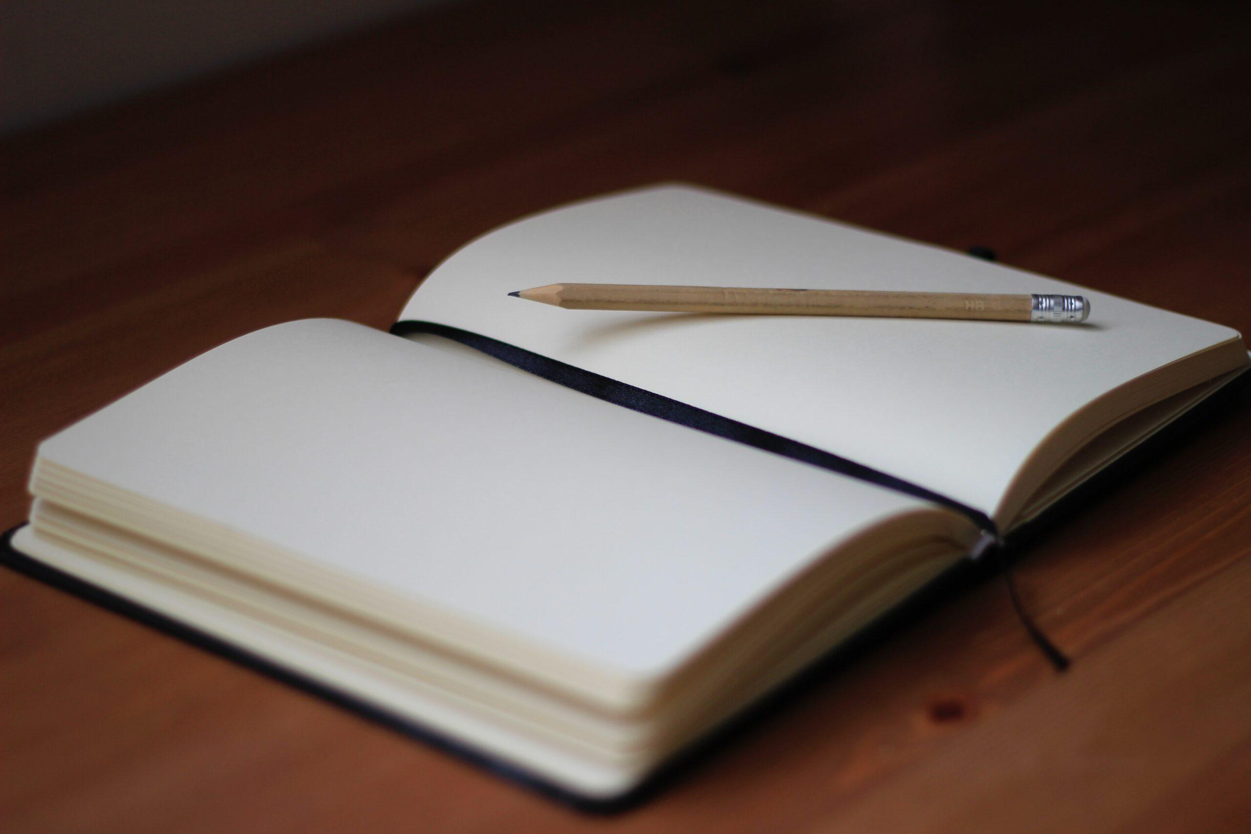 avatud märkmik, pliiats